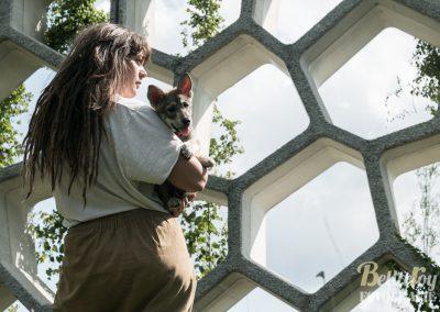 Hondenfotoshoot Utrecht Nikki met pupje rood