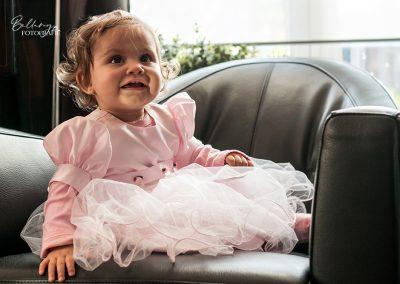 Gezinsfotoshoot Helmond Sofia als princes op de bank