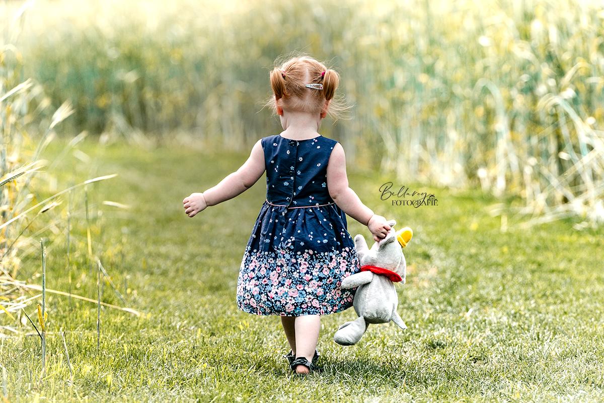 Gezinsfotograaf Nuenen Julia in het veld
