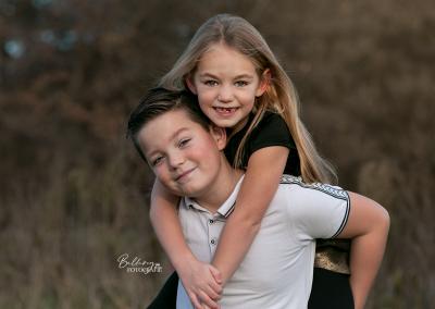 Broer en zus samen op de foto